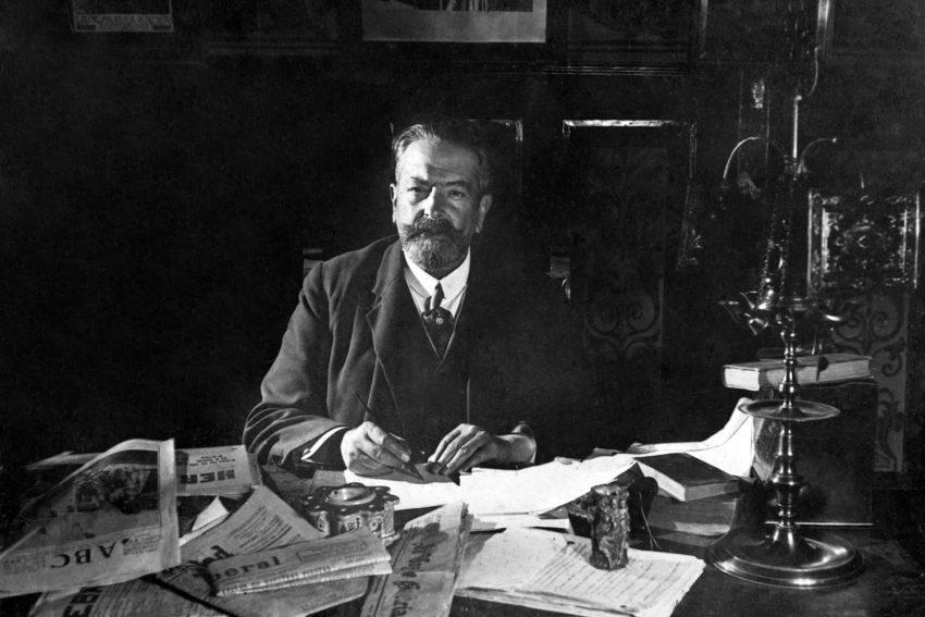 Alejandro Pérez Lugín en su escritorio