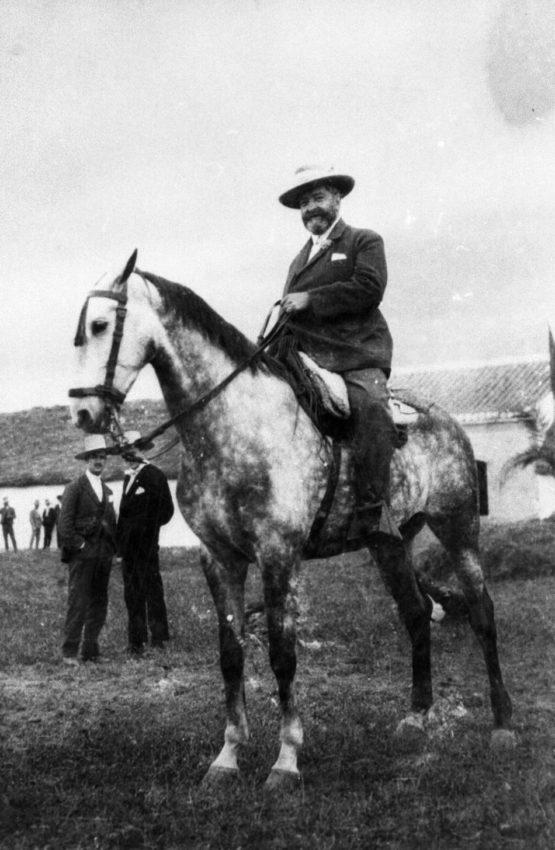 Alejandro Pérez Lugín a caballo